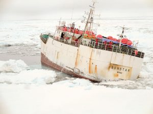 A fishing boat was stuck in the ice and the Araon was able to help it find open water again.