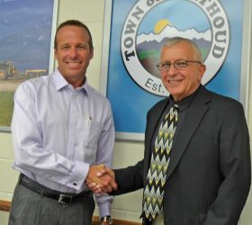 Outgoing Berthoud Mayor David Gregg shakes hands with incoming Mayor Steve Mulvihill at Tuesday's Berthoud Board of Trustees meeting at Berthoud Town Hall. Becky Justice-Hemmann / The Surveyor